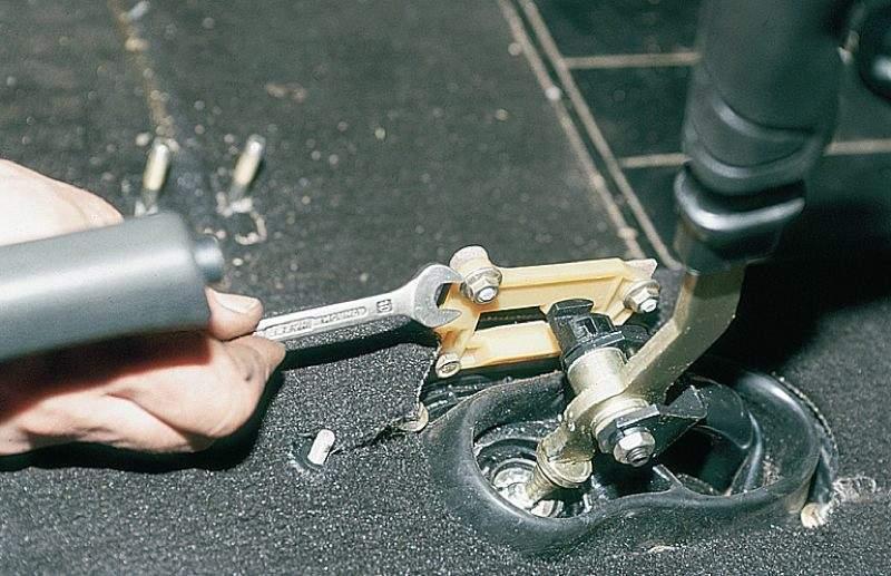 Фото №10 - почему болтается рычаг переключения передач на ВАЗ 2110