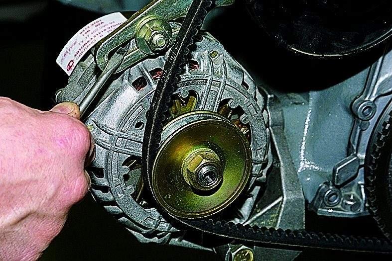Manual.CountryAuto.ru :: ВАЗ :: 2121 :: Регулировка натяжения и замена ремня привода насоса охлаждающей жидкости