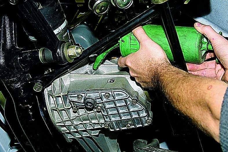 Manual.CountryAuto.ru :: ВАЗ :: 2121 :: Замена масла в редукторе переднего моста