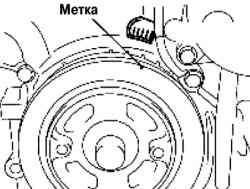 Выравнивание установочных меток на шкиве коленвала и предней крышке двигателя