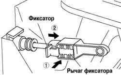 Блокировка фиксатора троса выбора передачи (со стороны рычага селектора)