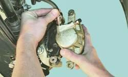Замена суппортов тормозных механизмов передних колес
