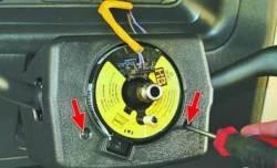 Снятие и установка кожуха рулевой колонки