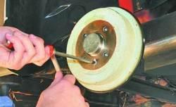 Снятие и установка барабанов тормозных механизмов задних колес