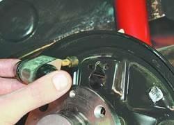 Замена рабочих цилиндров тормозных механизмов задних колес