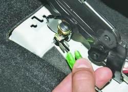 Снятие и установка рычага привода стояночного тормоза