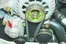 Проверка натяжения ремня привода генератора и компрессора кондиционера