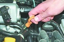 Проверка уровня и доливка масла в систему смазки двигателя