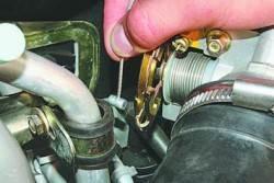 Регулировка и замена троса привода дроссельной заслонки
