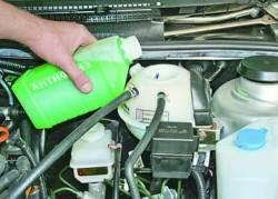 Проверка уровня и доливка охлаждающей жидкости