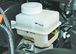 Проверка уровня и доливка тормозной жидкости в бачок гидропривода тормозной системы