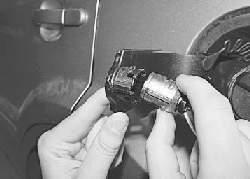 Снятие и установка замка крышки люка наливной трубы топливного бака