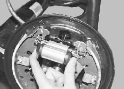 Замена рабочего цилиндра тормозных механизмов задних колес
