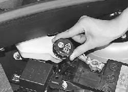 Проверка уровня и доливка тормозной жидкости в бачок гидроприводов тормозной системы и выключения сцепления