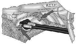Крепление уплотнителя тросов управления коробкой передач