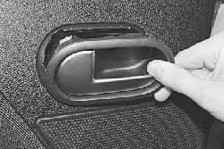 Замена внутренней ручки привода замка задней двери