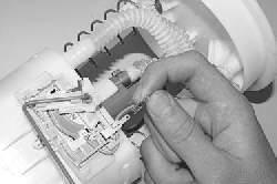 Проверка и замена датчика указателя уровня топлива