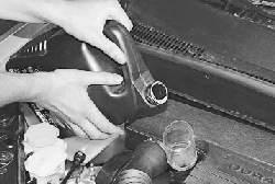Проверка уровня и доливка масла в двигатель