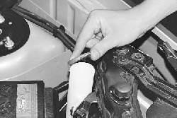 Проверка уровня и доливка жидкости в бачок омывателя