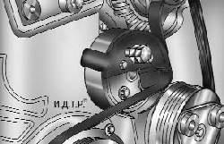 Установка на шкив водяного насоса приспособления для монтажа ремня привода вспомогательных агрегатов