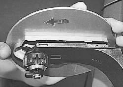 Снятие и установка крышки люка наливной трубы топливного бака