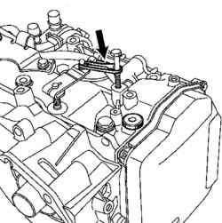 Удерживание рычага многофункционального переключателя с помощью хомута и болта