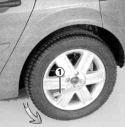 Ослабление болтов крепления колеса балонным ключом
