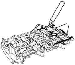 Нанесение состава валиком на привалочную плоскость крышки головки цилиндров