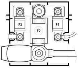 Блок, расположенный на плюсовом выводе аккумуляторной батареи