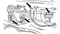 Расположение штекерных разъемов на передней стенке моторного отсека