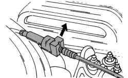 Снятие зажима тросика дроссельной заслонки на 16-клапанном двигателе