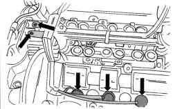 Разъемы свечей зажигания (нижние стрелки) и жгут проводов системы впрыска (левые стрелки)