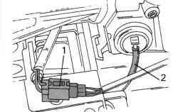 Отключение многоконтактной штекерной колодки (1) от лямбда-зонда и шланга 2 от фильтра системы Pulse-Air