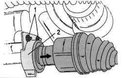Снятие вала привода правого колеса (стрелкой указано направление снятия)