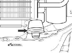 Нижняя резиновая опора радиатора (стрелка)