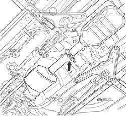 Соединение приемной трубы и задней части системы выпуска отработавших газов (стрелка указывает на соединяющий хомут)