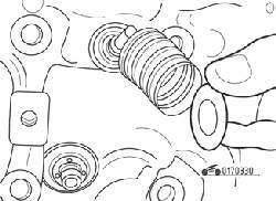 Снятие верхней тарелки и пружины клапана